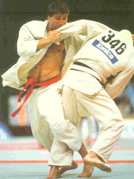 6b602df04054 Pour se différencier lors du combat, les concurents fixaient un ruban (obi)  rouge ou blanc à sa ceinture.